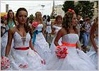 Третий «Парад невест» в Брянске: танцы в белых платьях под проливным дождём (фотогалерея)