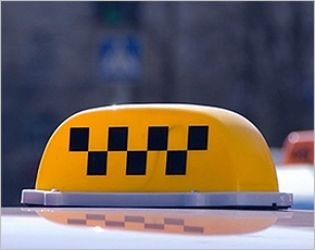 Таксист из Дятьково украл у пассажирки сумку с подарком