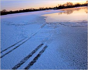 Под Брянском легковая машина провалилась под лёд