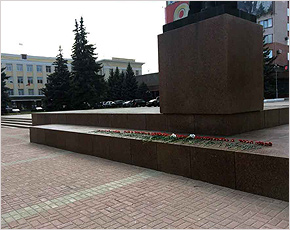 Брянские коммунисты отметили 145-летие Ленина возложением цветов к его памятнику