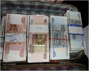 Возбуждено дело против студентки-посредницы в передаче чемодана денег