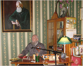 Валентин Динабургский открыл свой кабинет в музее Брянского района