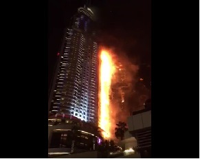 Десятки этажей отеля горят в центре Дубая (ВИДЕО)