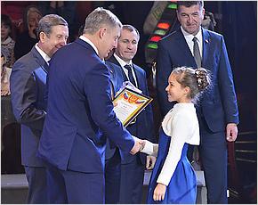 На Губернаторскую ёлку в Брянск приехали 2 тысячи школьников