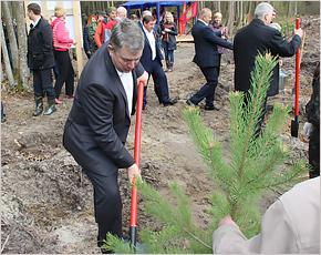 Брянский губернатор взял в руки лопату и посадил дерево