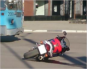 В Брянске мотоциклист-«трюкач» влетел в переходивших дорогу пешеходов