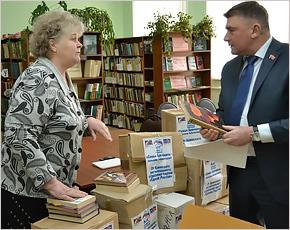 Брянские единороссы передали сельским библиотекам более 7 тысяч книг