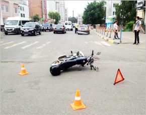 У торгового центра в Брянске микроавтобус снёс скутериста