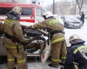 В Брянске спасатели извлекали водителя из влетевшей в столб Audi