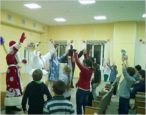 Пациентов брянской детской облбольницы поздравили юные артисты и ростовые куклы