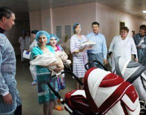 В Клинцах первым новорождённым 2017 года власти подарили коляски
