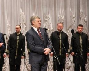 Александр Богомаз подарил хору Валаамского монастыря корзину свежесорванных брянских яблок