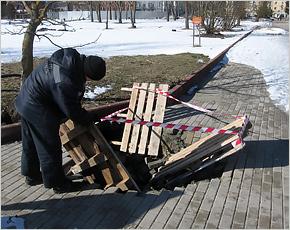 На Славянской площади в Брянске провалилась размытая тротуарная плитка