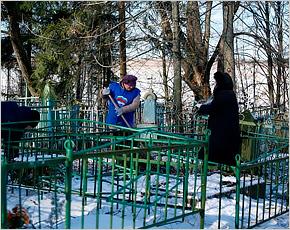 На трёхстах кладбищах Брянской области прошли субботники в рамках проекта «Всем миром»