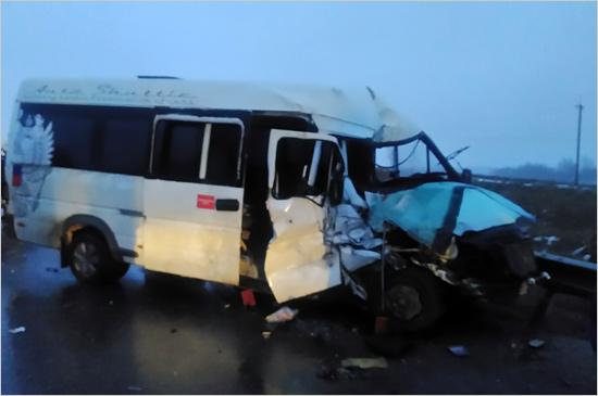 Неделя на дорогах началась: под Выгоничами микроавтобус врезался в грузовик, есть пострадавшие (ФОТО)
