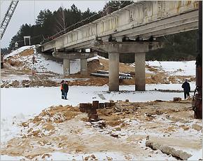 Для нового моста под Жуковкой возводятся опоры
