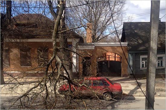 Деревопад в Брянске: упавшее дерево перекрыло движение в центре города