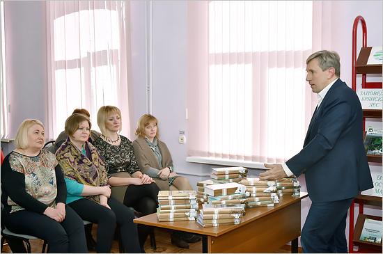 Депутат облдумы вручил карачевским сельским библиотекам комплекты книг