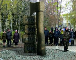 Памятник жертвам политических репрессий в Брянске: гигантских размеров топор? (ФОТО)