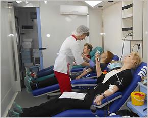 В Национальный день донора жители Брянска добровольно сдали более 100 литров крови