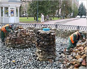 Коммунальщики готовят фонтан в Круглом сквере к запуску