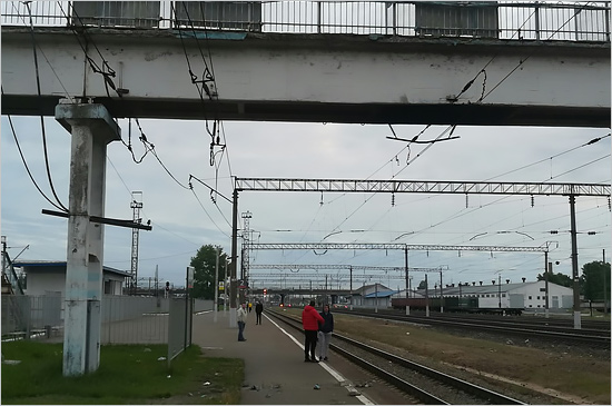 Обломки пешеходного моста на станции «Брянск-Льговский» рухнули на платформу с людьми
