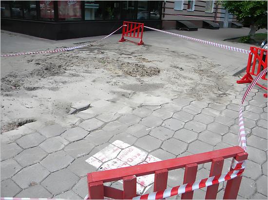 В Бежицком районе устранена коммунальная авария с очередным провалом грунта (ФОТО)