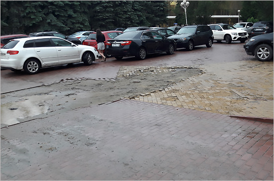 Воронки от «коммунальных бомб»: центр Брянска встречает партизанский праздник в неприглядном виде (ФОТО)