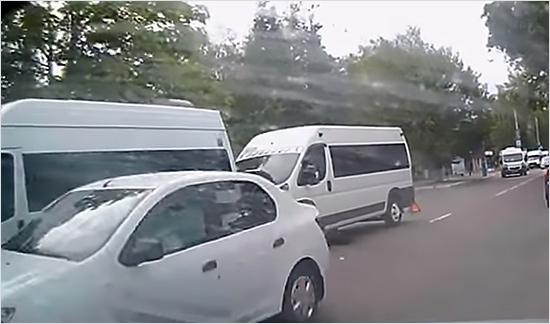 В ДТП с маршрутками у БГУ пострадали два человека
