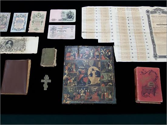 Пограничники передали брянским музеям изъятые иконы, книги икрест