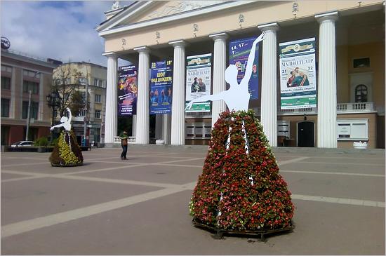На центральной площади Брянска к балу выпускников медалистов появилась клумба-букет