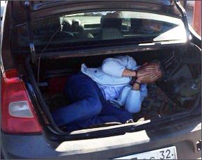 Под Злынкой гражданин Азербайджана пересекал госграницу, прячась в багажнике