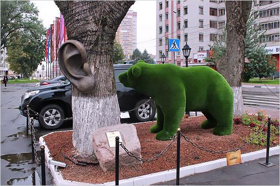 Ухо-Крош-Медведь: у входа в гостиницу в Брянске образовался «пятачок артобъектов»