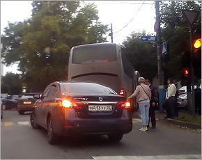 Toyota, въехавшая в автобус, парализовала центр Брянска в День знаний