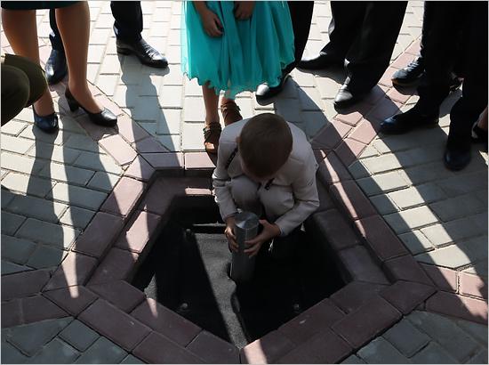 В Брянске в День города торжественно захоронили «Капсулу времени»