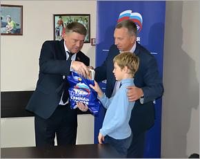 Два десятка детей из брянских многодетных семей получили школьные подарки от «Единой России»