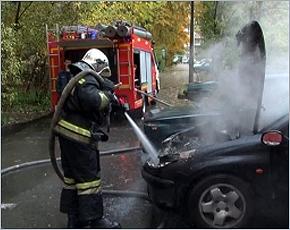 В Супонево горел автомобиль, ожоги получил мужчина
