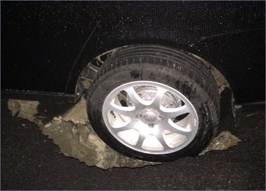 Брянск: автомобиль ушёл под землю в отремонтированном дворе Фокинки (ФОТО)