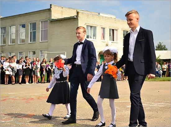 Юрий Гапеенко поздравил с Днём знаний школьников карачевской школы имени Горького