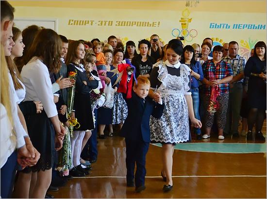 Вице-спикер облдумы в День знаний поздравил учеников карачевской сельской школы