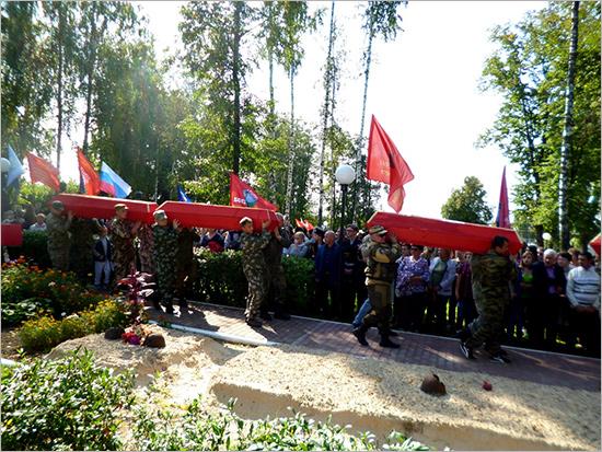 В центре Навли торжественно перезахоронили более тридцати погибших в 1941 году красноармейцев