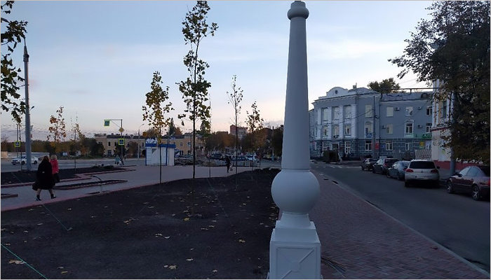 ВСемёновском сквере Брянска приступили кустановке светильников