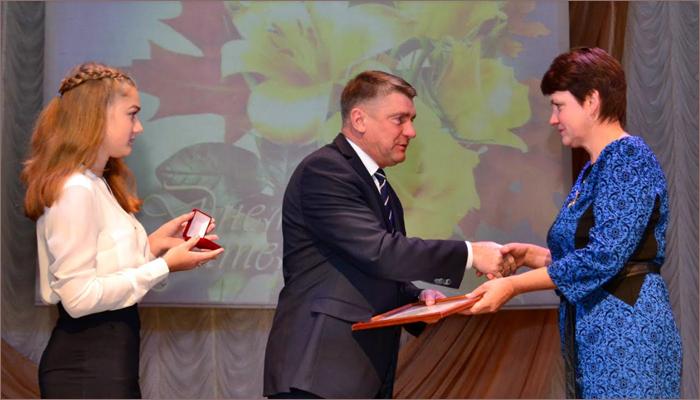 Юрий Гапеенко поздравил с профессиональным праздником педагогов Карачева (ФОТО)