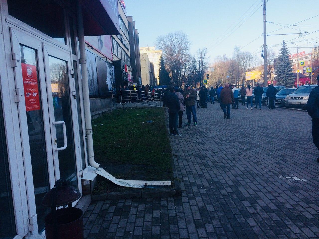 Жители Брянска с матом взяли штурмом магазин дисконт «Адидас»