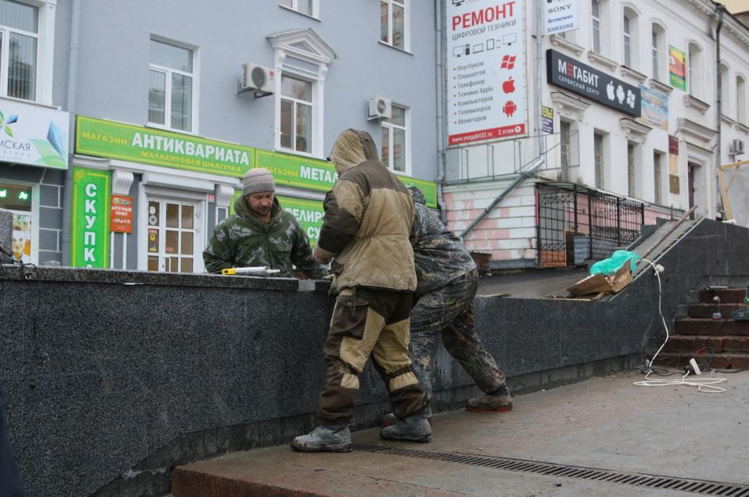 В ремонте лестницы на бульваре Гагарина появились «гранитные» проблемы