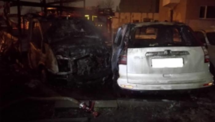 Впереулке Брянска утром сгорели две легковушки