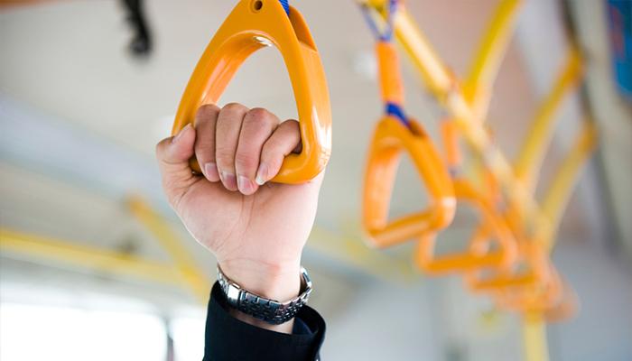 Вбрянском троллейбусе женщина сломала руку иногу
