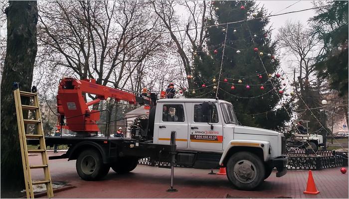 Главная ёлка Брянска получает свой новогодний наряд
