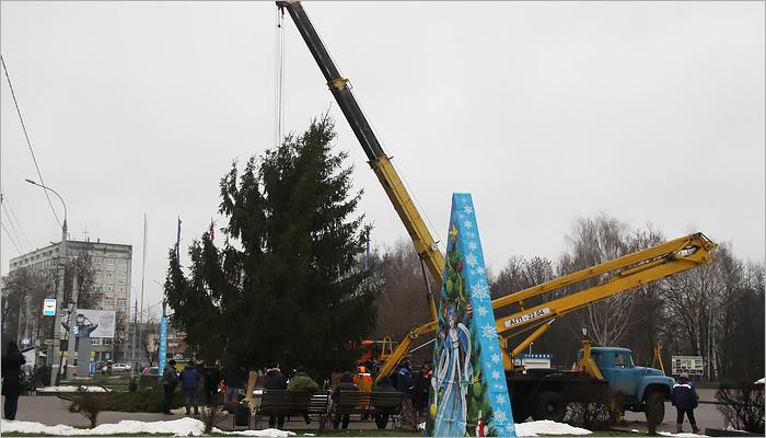 Впервый раз вБрянске наКургане Бессмертия установили новогоднюю елку