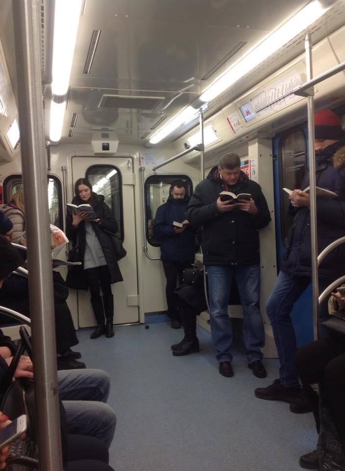 Фото читающих москвичей получило десятки тысяч лайков западных пользователей Твиттера